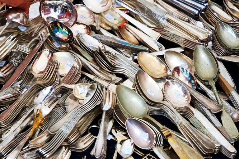 Silberbesteck auf dem Trödelmarkt